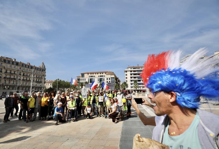 Une centaine de gilets jaunes s'est rassemblée sur la place de la Liberté, à Toulon, en fin de matinée, et défile dans les rues de la ville.