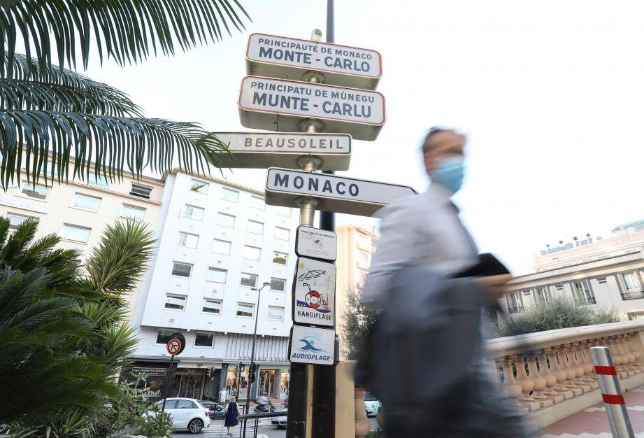 Pour cette mère et ses trois enfants qui habitent à Beausoleil mais vivent toute la journée à Monaco, pas facile de s'y retrouver entre les protocoles sanitaires français et monégasque.
