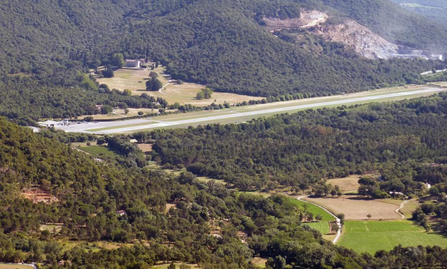 L'aérodrome est dans le viseur des autorités locales au motif de survols illicites du cœur de village.