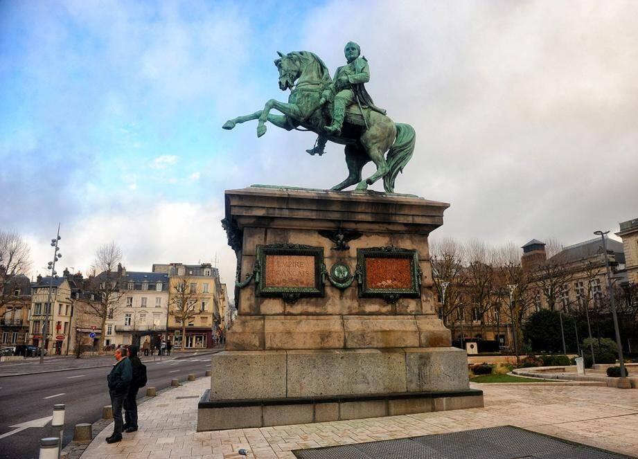 Alors que la ville de Rouen se pose la question de mettre une figure féminine devant l'Hôtel de ville en lieu et place de la statue de Napoléon, Christian Estrosi propose de la récupérer pour l'installer...à Nice ! Pas question de s'en séparer lui a répondu le maire de Rouen.