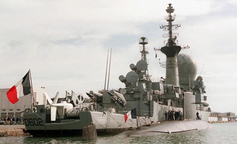 """Le SNA """"La Perle"""" amarré à couple de la frégate """"Le Suffren"""", à Toulon le 29 novembre 1997"""