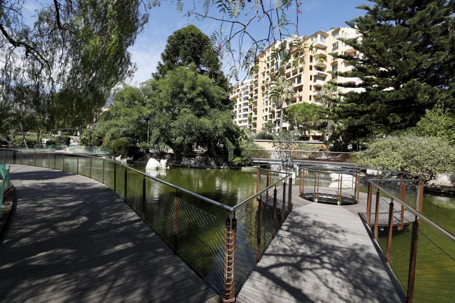Dans la roseraie Princesse-Grace, le bassin a été complètement réaménagé. Une nouvelle promenade s'offre aux visiteurs qui viennent observer canards et poissons.