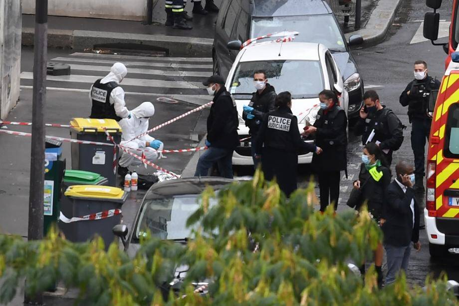 Des policiers et des légistes sur les lieux d'une attaque à l'arme blanche près des anciens locaux de Charlie Hebdo, le 25 septembre 2020 à Paris