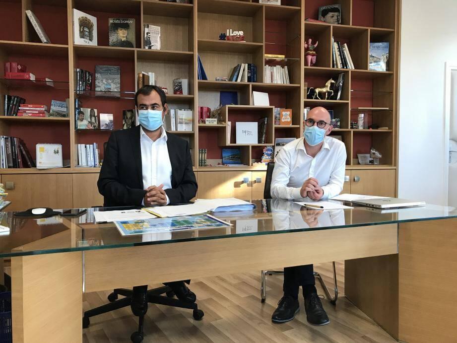 À gauche, Lauriano Azinheirinha, lors de la conférence de presse organisée, hier, dans son bureau de directeur général des services.