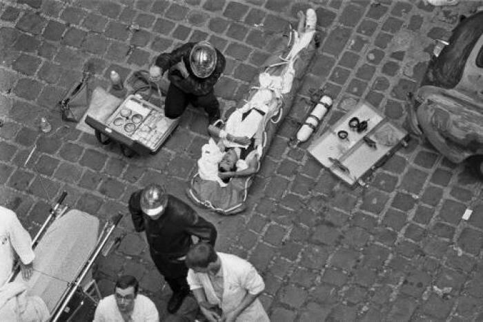 Des pompiers soignant des blessés après l'attentat rue des Rosiers, au cœur du vieux quartier juif de Paris.