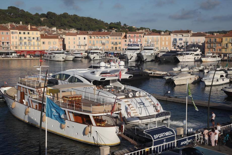 Le cambriolage a eu lieu dans la nuit du 19 au 20 août sur le port de Saint-Tropez. Les  victimes avaient loué un yacht pour les vacances.