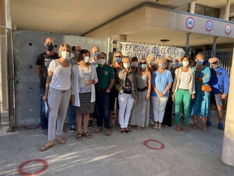 Les enseignants du collège borméen se sont réunis hier matin pour protester contre les décisions de l'académie. Ils réclament l'ouverture de classes supplémentaires.