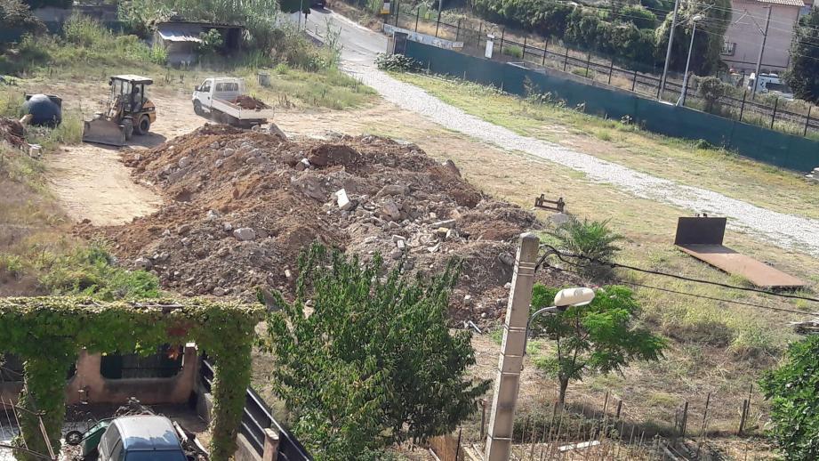 Depuis février dernier, les riverains des Espartes s'inquiètent du va-et-vient des camions et des dépôts de matériaux.