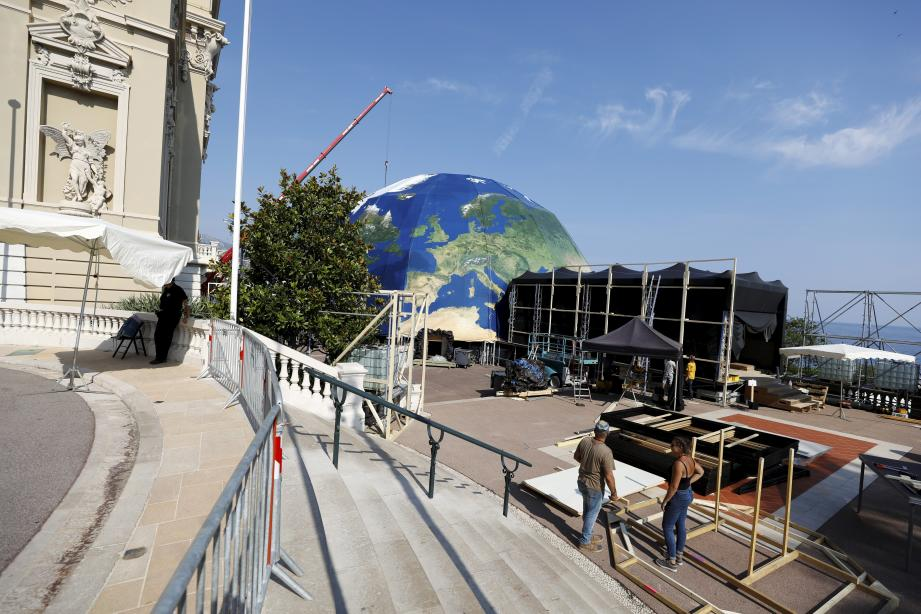 Le dôme qui accueillera le gala pour la Santé planétaire est en cours de montage sur les terrasses du Casino.