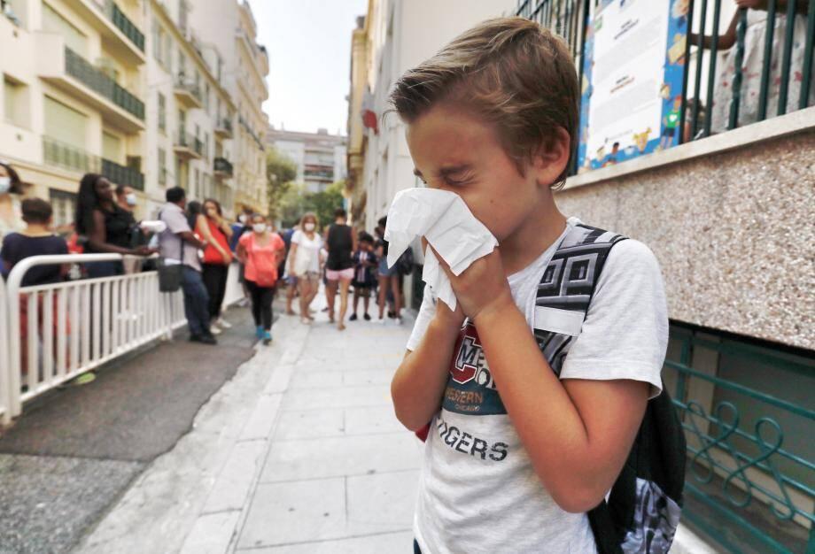 Toux légère ou nez qui coule sans fièvre: l'enfant peut aller à l'école. En revanche s'il y a fièvre, gêne respiratoire ou désagréments digestifs, retour à la maison. L'objectif, éviter la transmission des virus (de tous les virus).