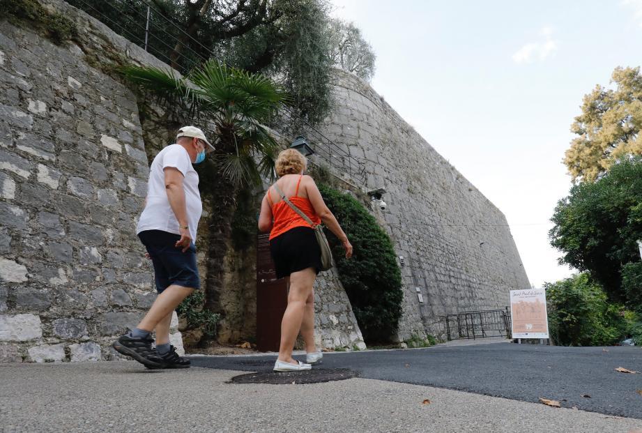 Le sentier des remparts à Saint-Paul-de-Vence.