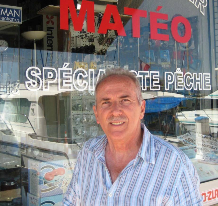 Jean-Claude Matéo devant son magasin au port Saint-Pierre.