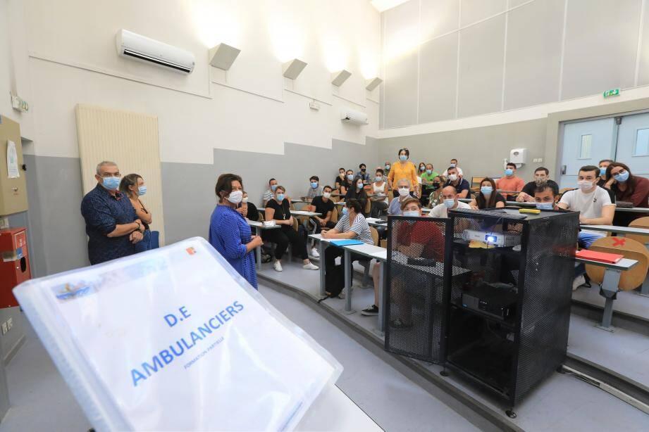 Moment historique pour l'institut : l'arrivée des premiers étudiants ambulanciers.