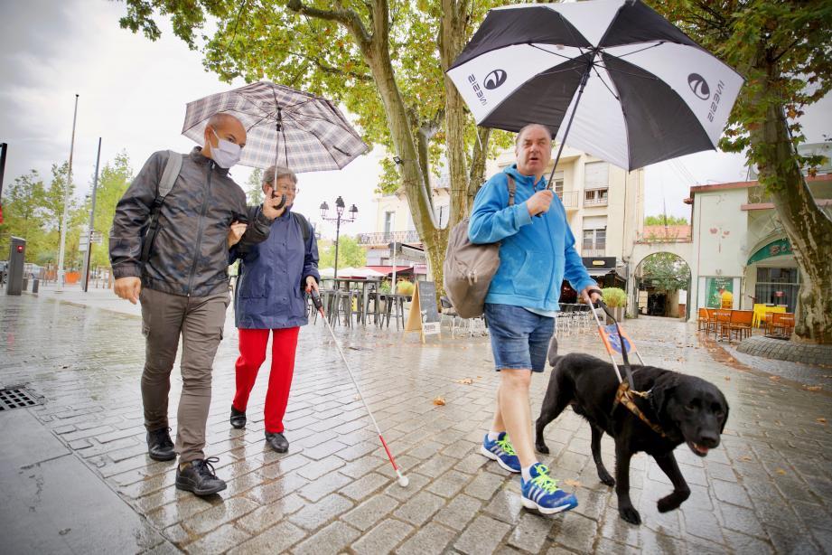 Jean-Alexandre Cappelaere (à gauche avec son chien) et ses amis ont testé, hier midi, l'accessibilité en centre-ville.