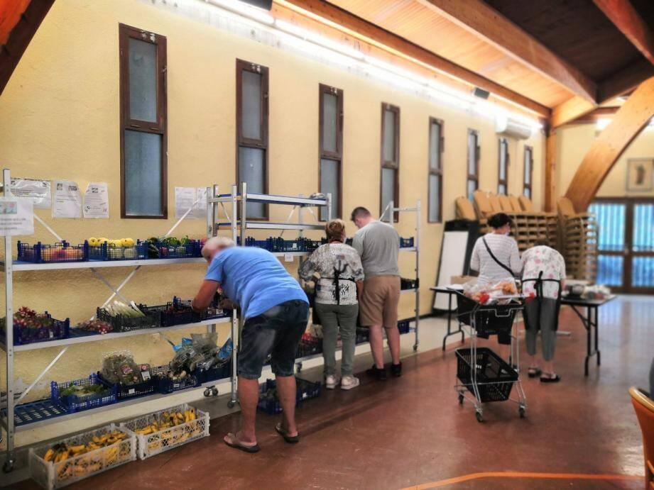 Le stand des fruits et légumes frais : l'une des offres de l'épicerie solidaire aux familles bénéficiaires.