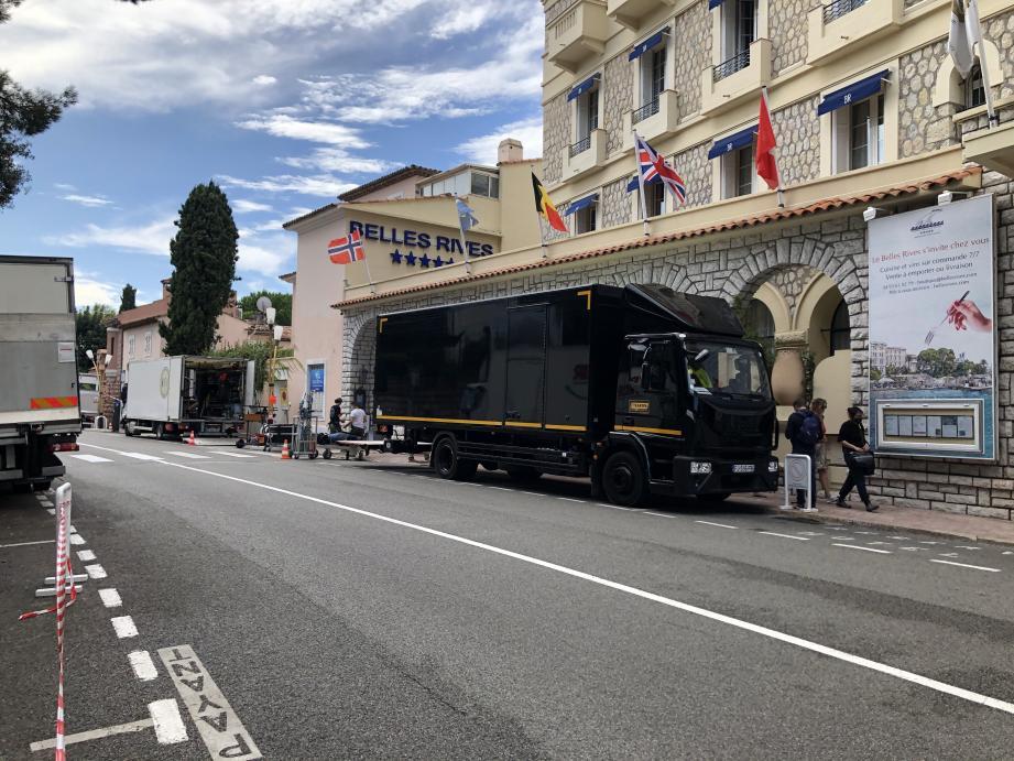 L'équipe de production a déployé son matériel aux abords du palace pour y filmer quelques scènes, en extérieur et en intérieur.       Le mythique Belles-Rives sert une nouvelle fois de décor à une production cinématographique.