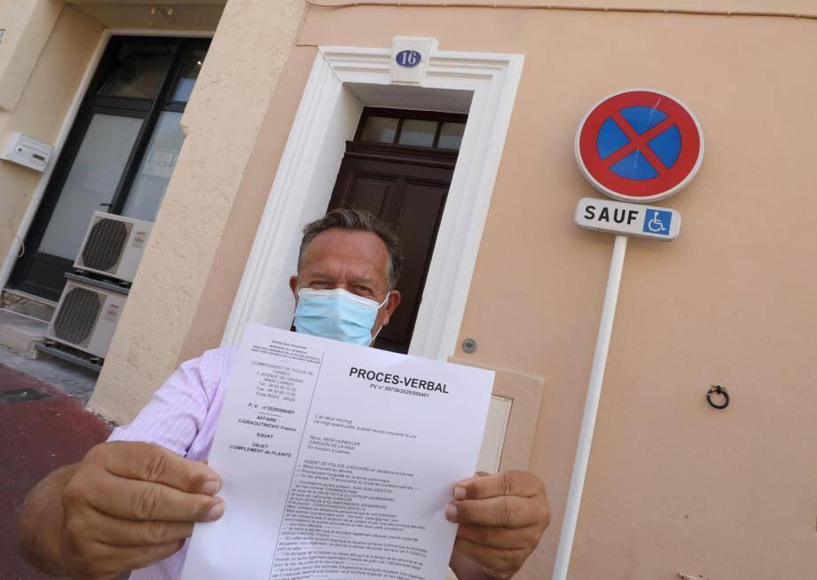 Jesper Bitsh, conseil du propriétaire, montre, devant l'entrée de l'immeuble, la plainte déposée.