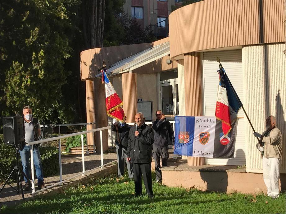 """En marge des cérémonies officielles, un petit rassemblement """"patriotique"""" s'est tenu à la Rode pour rendre hommage au harki Boualam."""