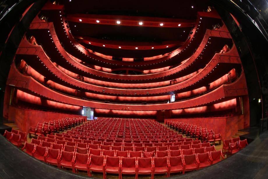 Grandes ou petites, les salles de théâtre (ci-dessus celle du TNN) participent au spectacle vivant à la niçoise et sont au centre des préoccupations municipales afin de rayonner encore plus dans la vie culturelle locale.