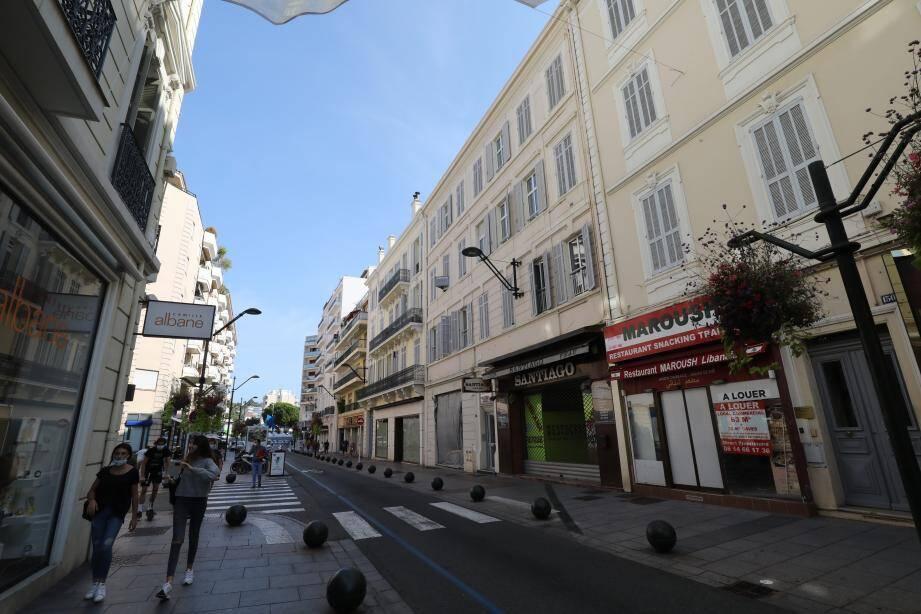 Des commerces fermés sur la rue d'Antibes à Cannes.