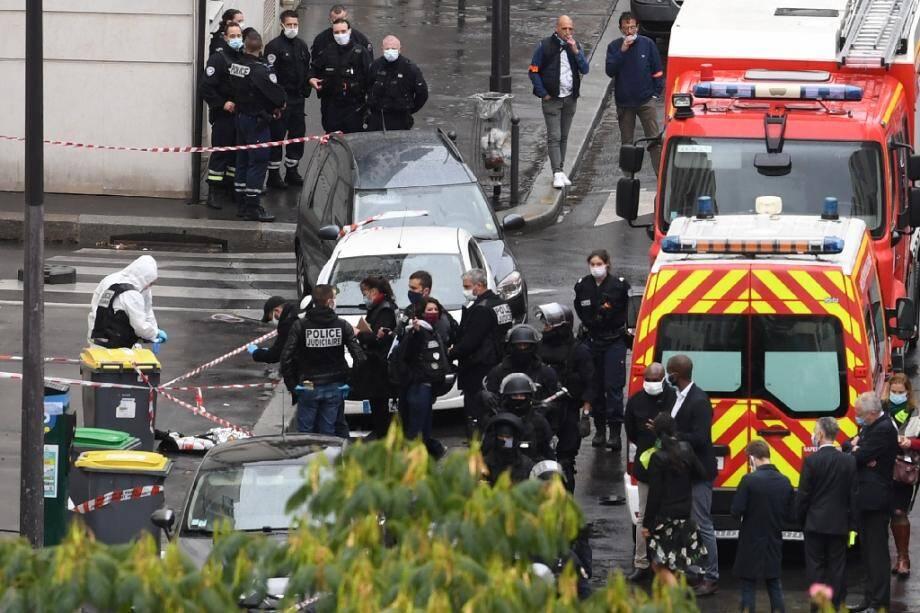 Des policiers et légistes sur les lieux d'une attaque à l'arme blanche près des anciens locaux de Charlie Hebdo, le 25 septembre 2020 à Paris.