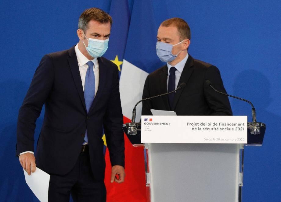Le ministre de la Santé Olivier Véran (G) et le ministre délégué chargé des Comptes publics, Olivier Dussopt, le 29 septembre 2020 à Paris