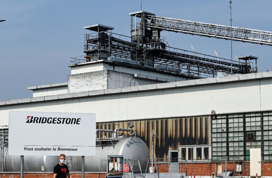 Un salarié sort de l'usine Bridgestone, à Béthune (Pas-de-Calais), le 16 septembre 2020