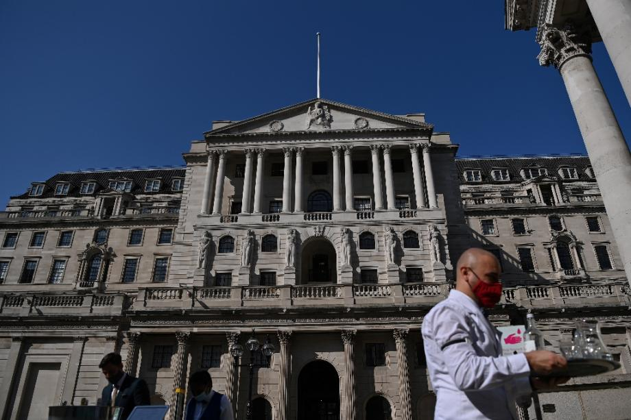 Un serveur apporte des boissons devant la banque d'Angleterre à Londres le 21 septembre 2020