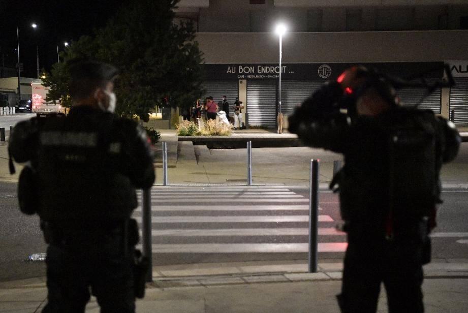 Des gendarmes patrouillent dans une rue du quartier du Mistral à Grenoble, le 26 août 2020