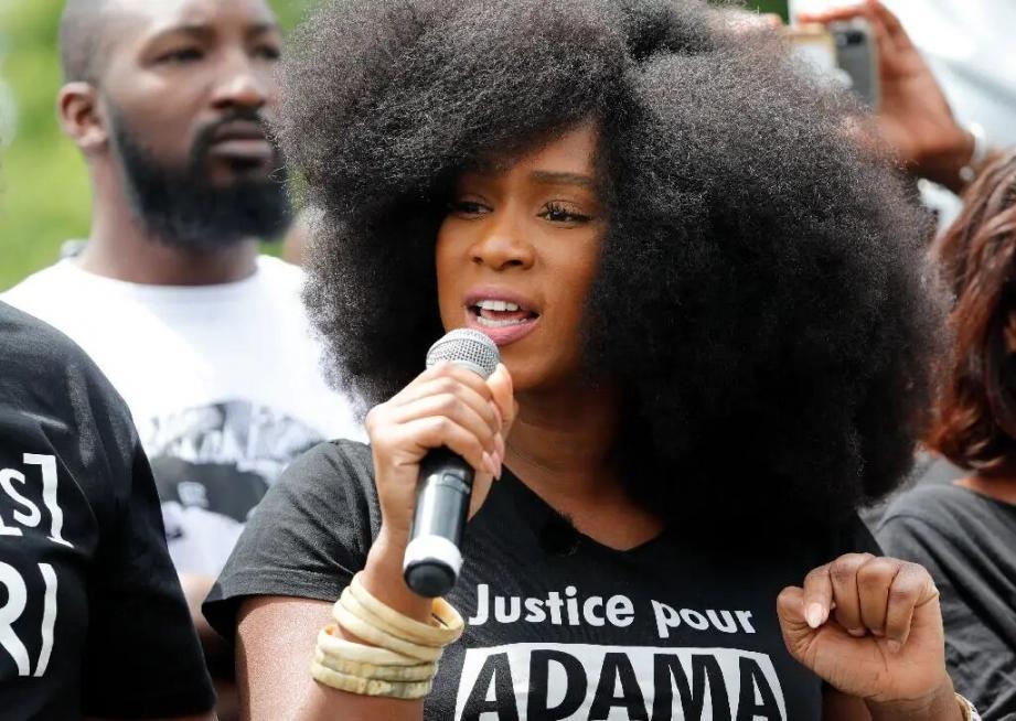 Assa Traoré, la soeur d'Adama Traoré, lors d'un rassemblement contre le racisme et les violences policières, place de la République à Paris le 13 juin 2020