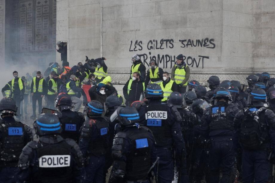 """""""Gilets jaunes"""" devant l'Arc de Triomphe à Paris le 1er décembre 2018."""