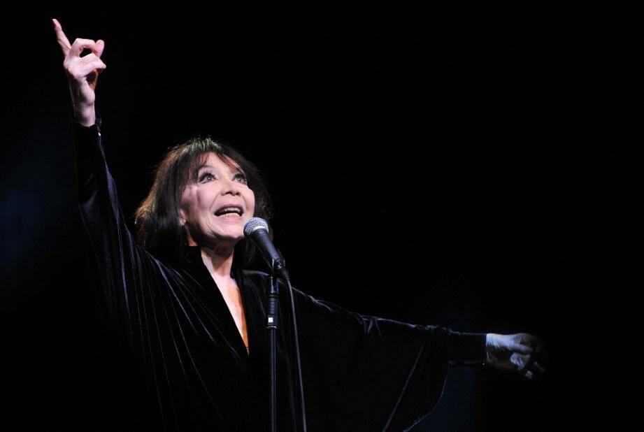 """La chanteuse Juliette Gréco lors d'un concert au """"Printemps de Bourges"""", le 24 avril 2015."""