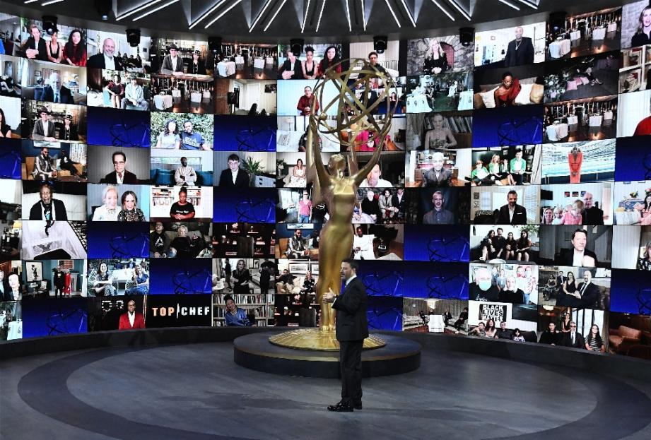 Le présentateur des Emmy Awards, Jimmy Kimmel, a animé la soirée depuis le Staples Center de Los Angeles, sans public mais avec plus d'une centaine de candidats sur des écrans, le 20 septembre 2020