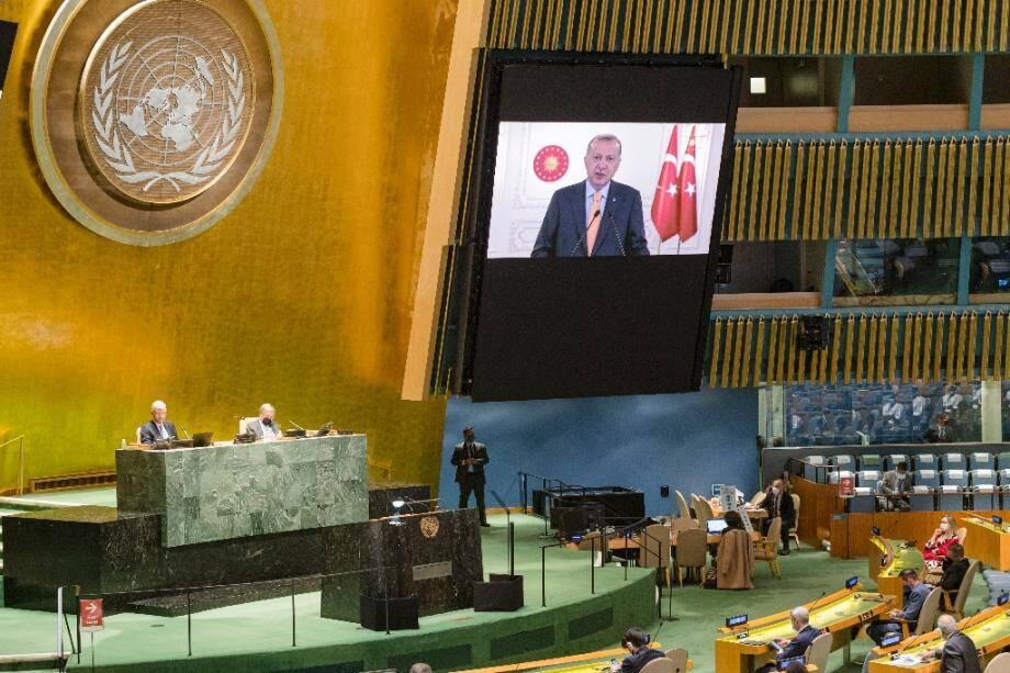 Image fournie par l'Onu du président turc Tayyip Erdogan (à l'écran) adressant un message à l'Assemblée générale de l'Onu réunie à New York, le 22 septembre 2020