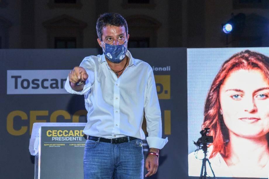 Le chef de la Ligue, Matteo Salvini, près d'une affiche de campagne de la candidate aux élections régionales en Toscane Susanna Ceccardi, le 18 septembre 2020 à Florence