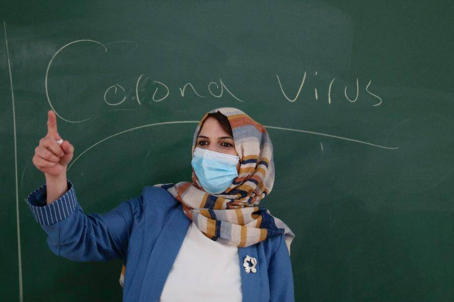 Une enseignante palestinienne porte un masque en classe à Hebron le 10 août 2020