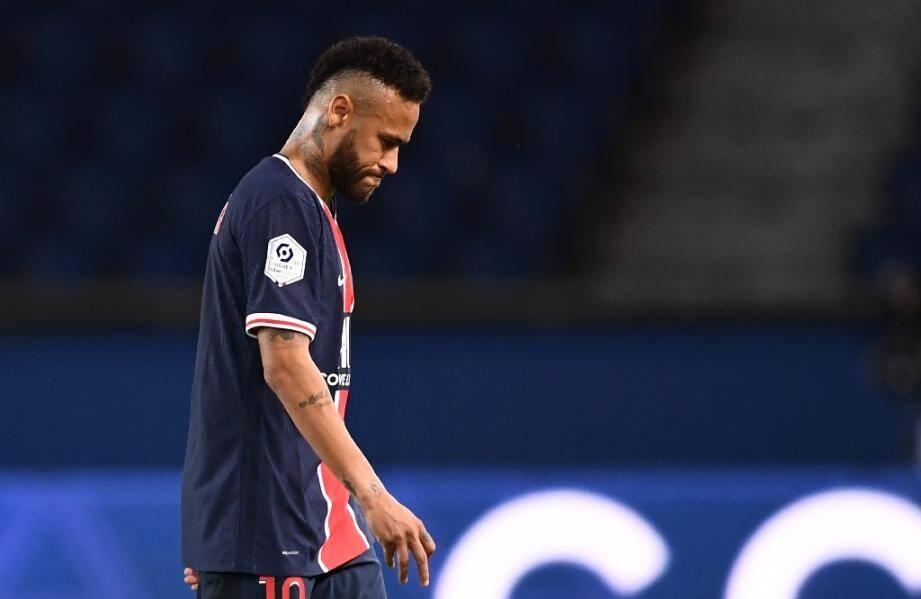 Neymar quitte la pelouse après avoir reçu un carton rouge lors du PSG-Marseille du 13 septembre 2020 au Parc de Princes