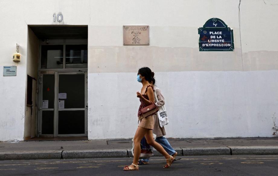 La plaque commémorative et l'immeuble qui abritait les locaux de Charlie Hebdo, le 30 aout 2020 à Paris, où l'attentat a eu lieu en janvier 2015