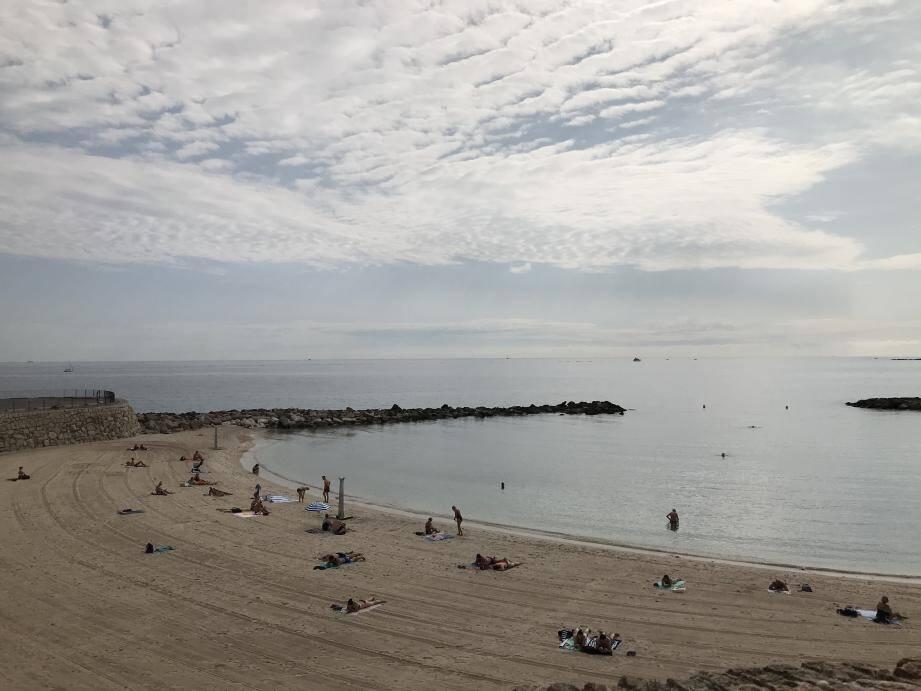 Ce matin, plage de la Gravette, les baigneurs sont de retour.