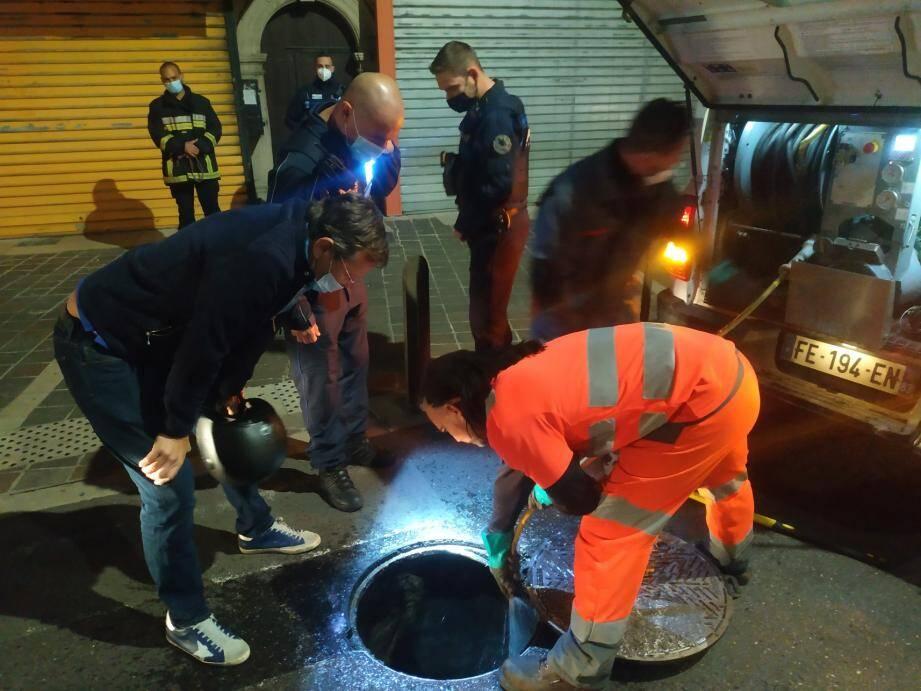 Dans le centre de La Valette, les agents cherchent à déterminer l'origine de l'odeur d'hydrocarbures.