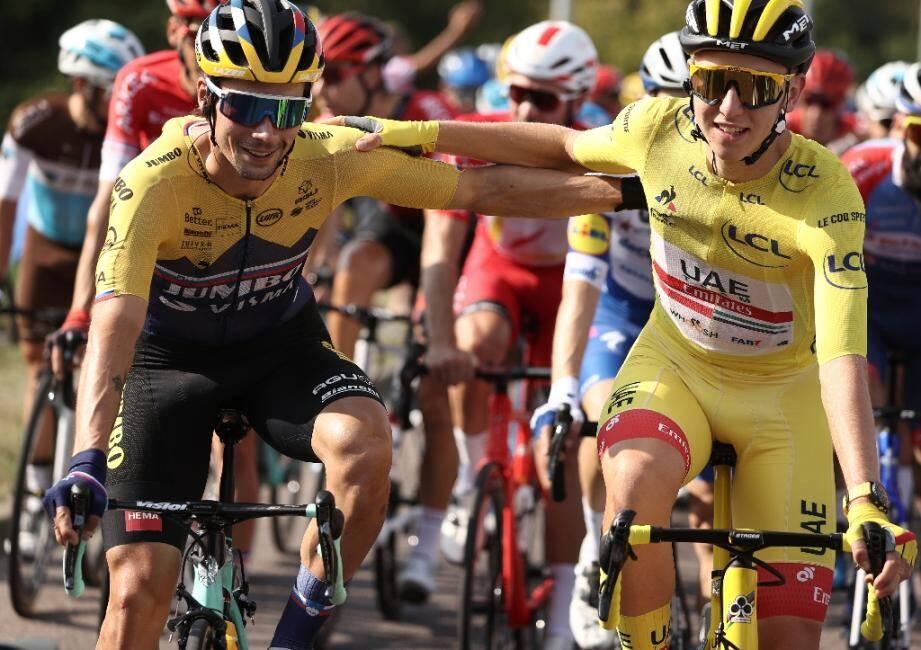 Les Slovènes Primoz Roglic (g) et Tadej Pogacar, maillot jaune, au départ de la dernière étape du Tour de France, le 20 septembre 2020 entre Mantes-la-Jolie et les Champs Elysées