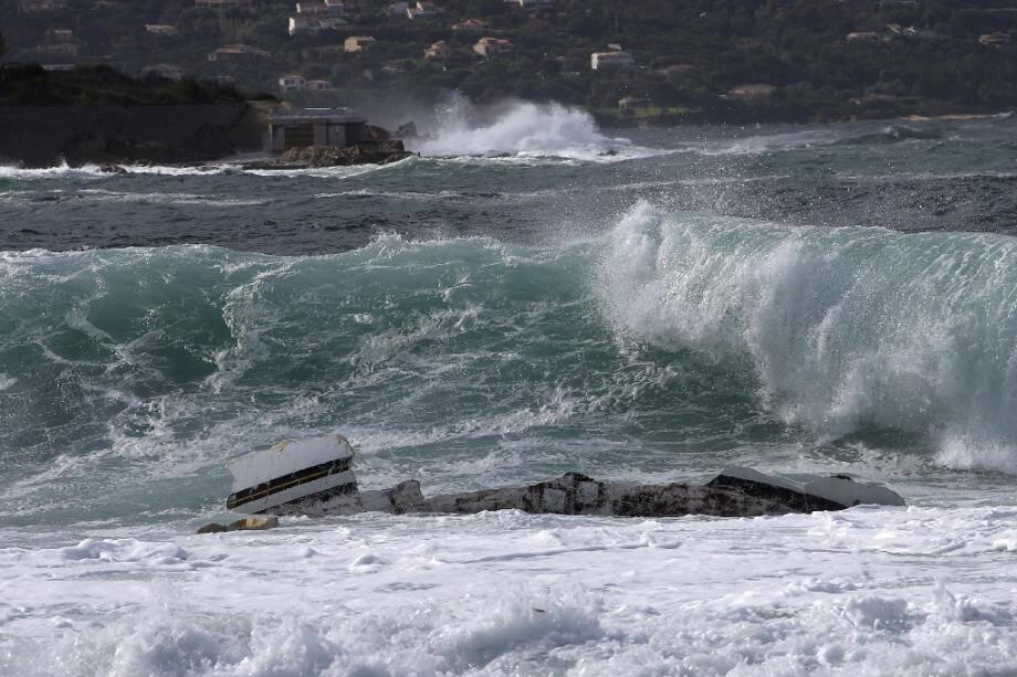 Les débris d'un voilier qui a fait naufrage dans la baie d'Ajaccio, le 26 septembre 2020 près de Porticcio, en Corse