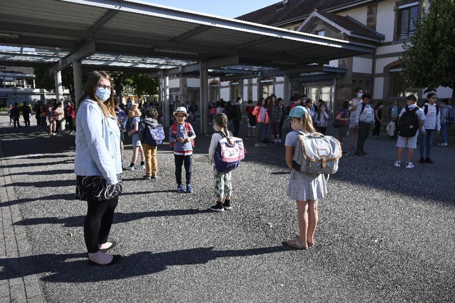 Des élèves attendent avant d'entrer dans leur salle de classe, le 22 juin 2020 à l'école Ziegelau de Strasbourg