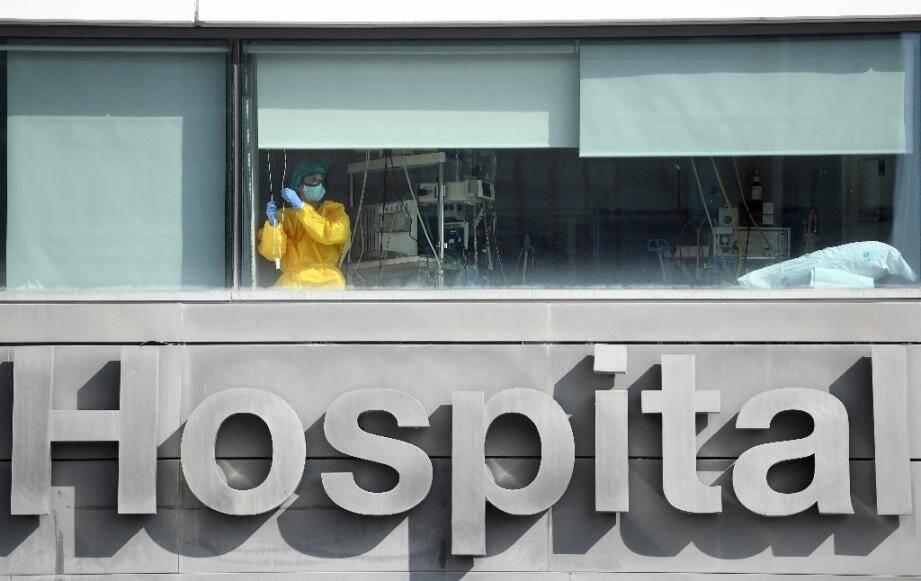 Un membre du personnel médical à la fenêtre de l'hôpital La Paz, à Madrid, le 22 septembre 2020.
