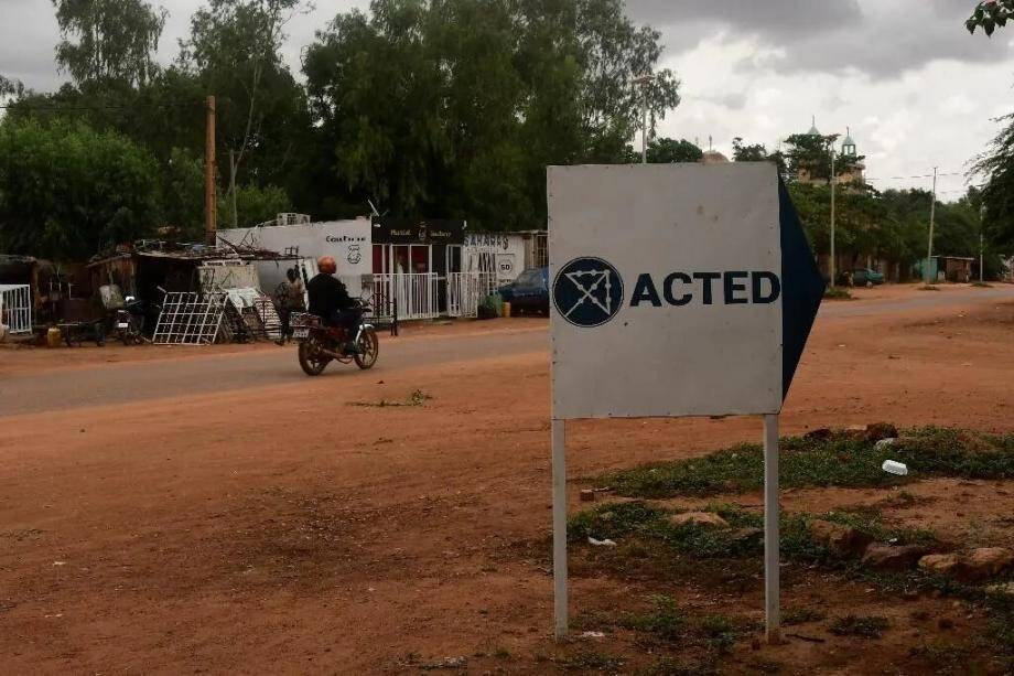 Le logo de l'ONG Acted à l'entrée de ses bureaux, le 10 août 2020 à Niamey, au Niger