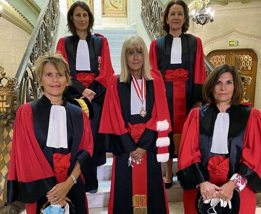 Autour du premier président de la cour d'appel, Brigitte Grinda Gambarini (au centre), au pied de l'escalier (de g. à dr.) les nouveaux conseillers Catherine Lévy et Sandrine Lefebvre. Derrière (de g. à dr.), la vice-présidente Muriel Dorato-Chicouras et la conseillère Claire Gillois-Ghera.