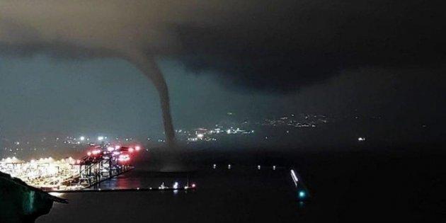 Plusieurs trombes marines sont venues s'échouer sur le port de Gênes.