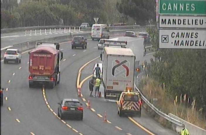 Les sapeurs-pompiers ont rapidement éteint l'incendie, tandis que le chauffeur avait réussi à stationner son camion sur la bande d'arrêt d'urgence.