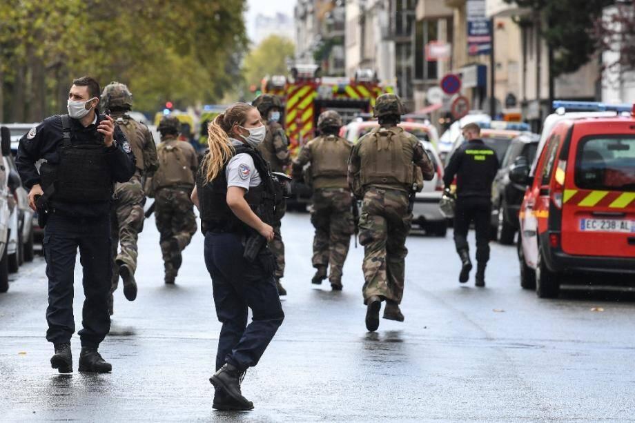 Des policiers et soldats déployés après une attaque à l'arme blanche près des anciens locaux de Charlie Hebdo, le 25 septembre 2020 à Paris.
