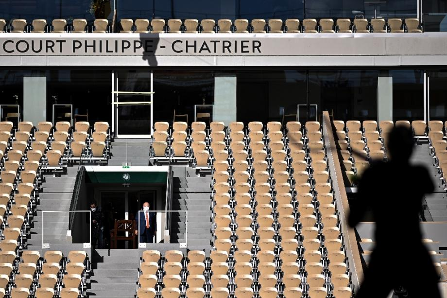 Un joueur pratique des échauffements sur le court Philippe Chatrier le 26 septembre 2020